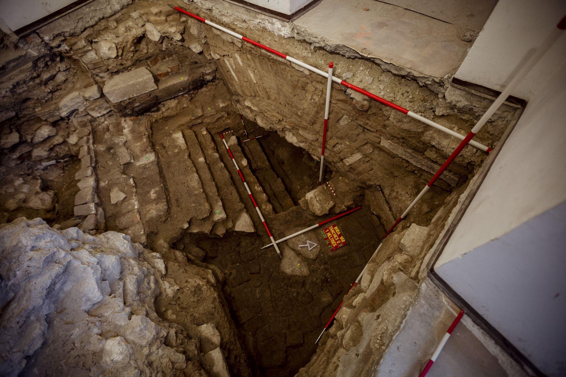 Az egykori kaszárnyaépület padlószint alatti feltárása