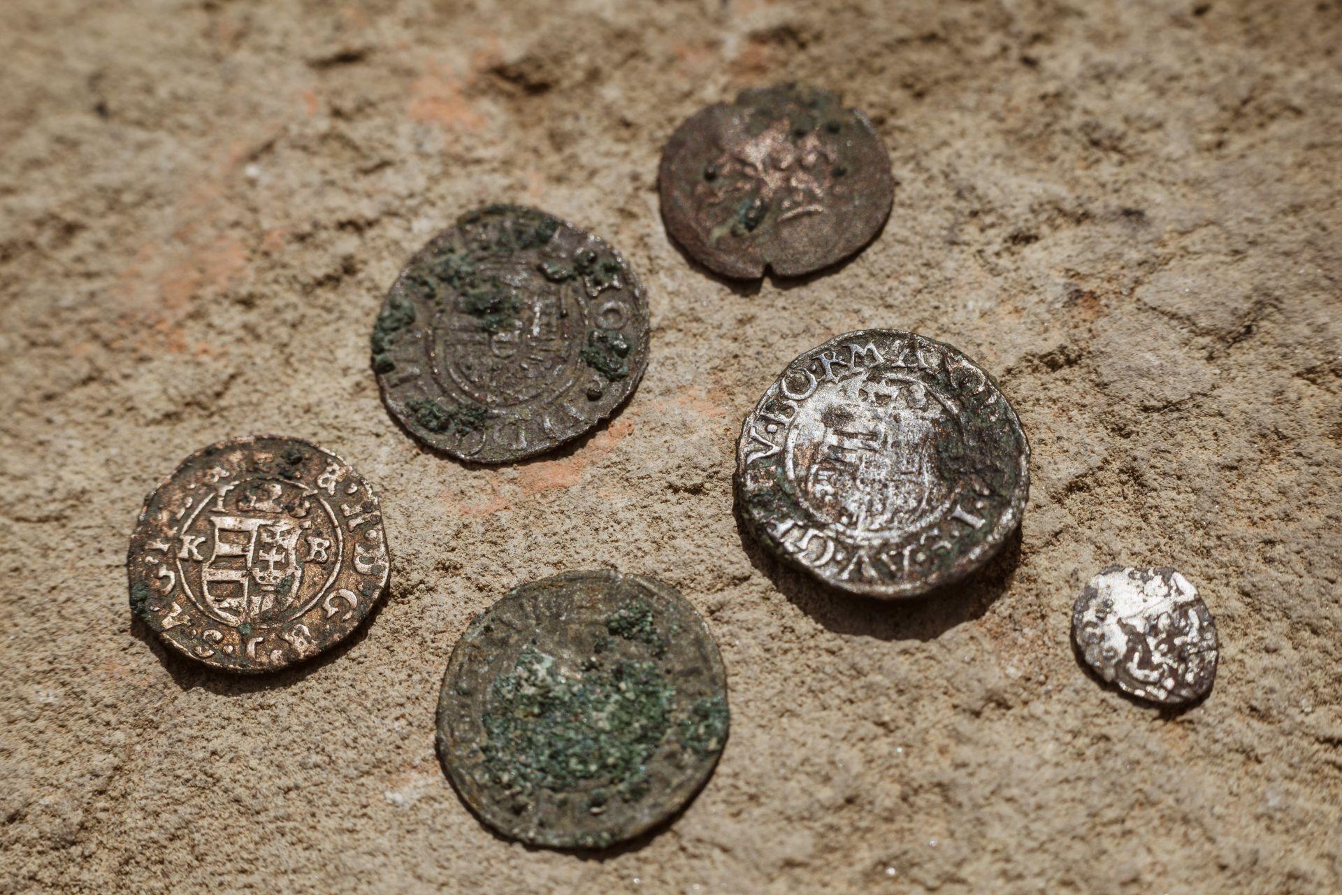 Középkori pénzérmék, köztük II. Ferdinánd ezüst dénárja