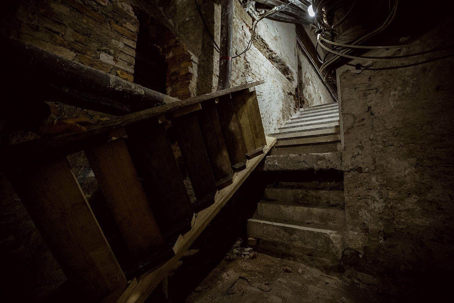 A 19. és a 20. század fordulójának idején készült  lépcső szinte sértetlen állapotban van